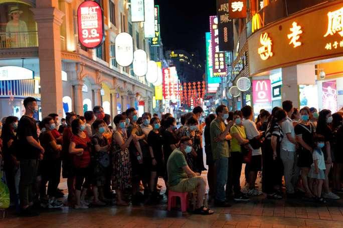 Trung Quốc: Covid-19 lây mạnh, dân Quảng Châu rồng rắn chờ xét nghiệm - Ảnh 1.