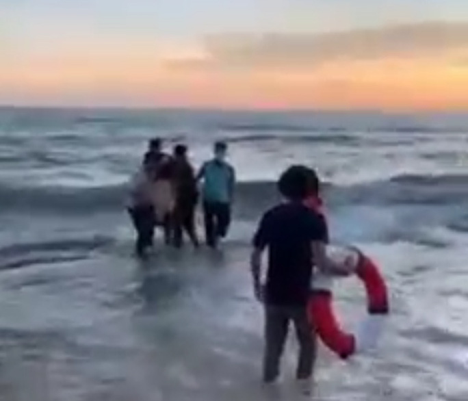 CLIP: Cứu 2 cháu bé, nam thanh niên ở Phú Quốc bị đuối nước - Ảnh 2.