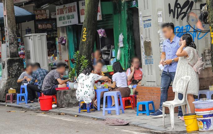 Hà Nội đóng cửa quán ăn uống vỉa hè từ 17 giờ chiều nay 3-5 - Ảnh 1.