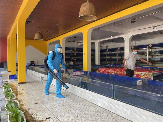 Đà Nẵng phun khử khuẩn 2 nhà hàng mà chuyên gia Trung Quốc lui tới - Ảnh 2.