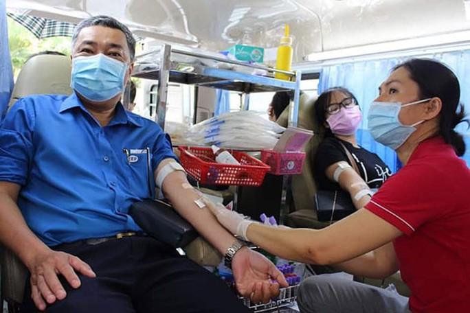 Đoàn viên tình nguyện hiến máu cứu người - Ảnh 1.