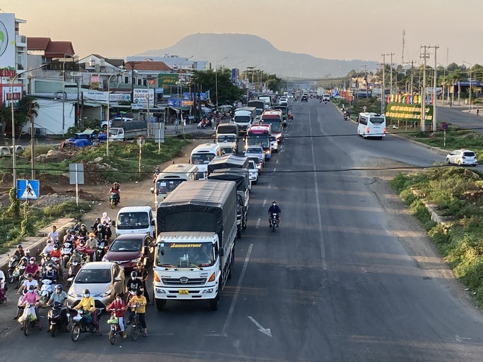 Người dân ùn ùn rời Đà Lạt, giao thông Đồng Nai khá đông nhưng không kẹt xe - Ảnh 2.