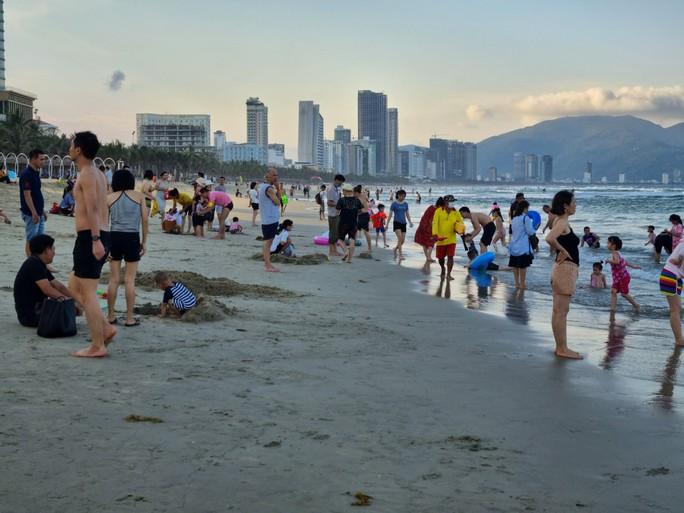 Đà Nẵng tạm dừng hoạt động tắm biển, massage, rạp phim từ ngày 4-5 - Ảnh 1.