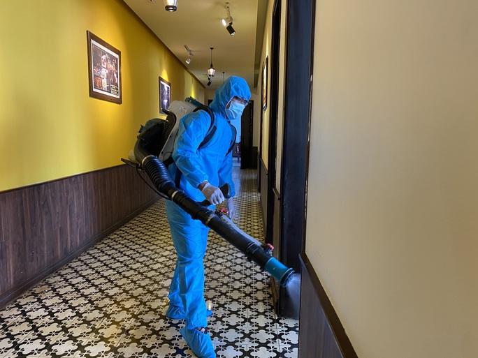 Đà Nẵng phun khử khuẩn 2 nhà hàng mà chuyên gia Trung Quốc lui tới - Ảnh 5.