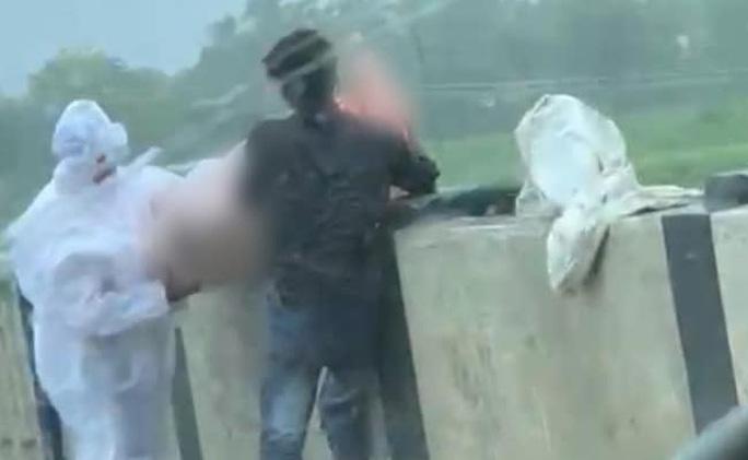 Ấn Độ: Rùng mình cảnh thả xác bệnh nhân Covid-19 xuống sông - Ảnh 2.