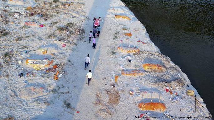 Ấn Độ: Rùng mình cảnh thả xác bệnh nhân Covid-19 xuống sông - Ảnh 3.