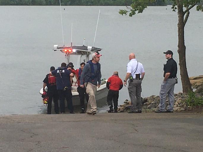 Mỹ: Máy bay lao xuống hồ, 7 người nghi thiệt mạng - Ảnh 6.