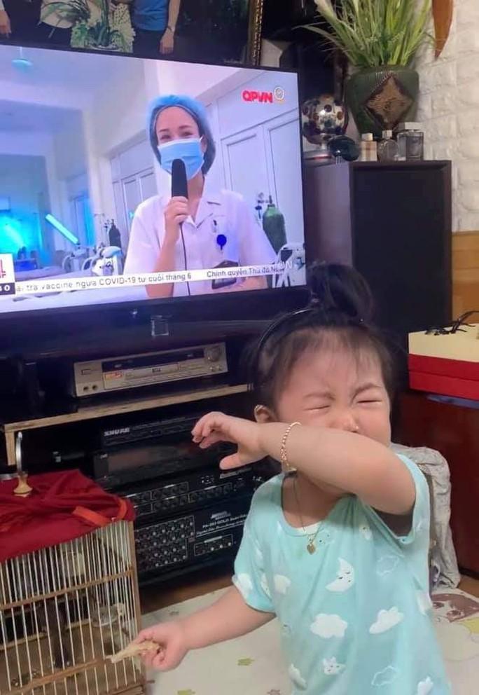 Mẹ đi Bắc Giang chống dịch, bé gái khóc nức nở khi thấy mẹ qua tivi - Ảnh 2.
