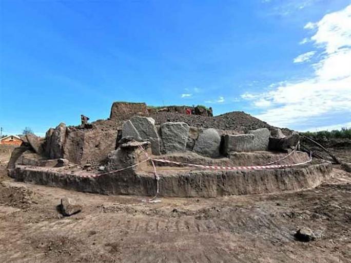 Đào đường, phát hiện đài thiên văn 5.500 tuổi bao vây loạt mộ cổ - Ảnh 1.
