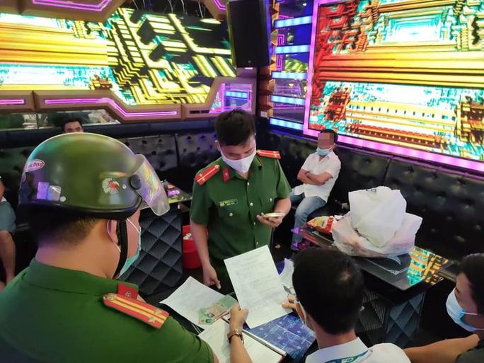 Bất chấp lệnh cấm, 7 nam nữ phê ma túy tập thể trong quán karaoke lúc rạng sáng - Ảnh 1.
