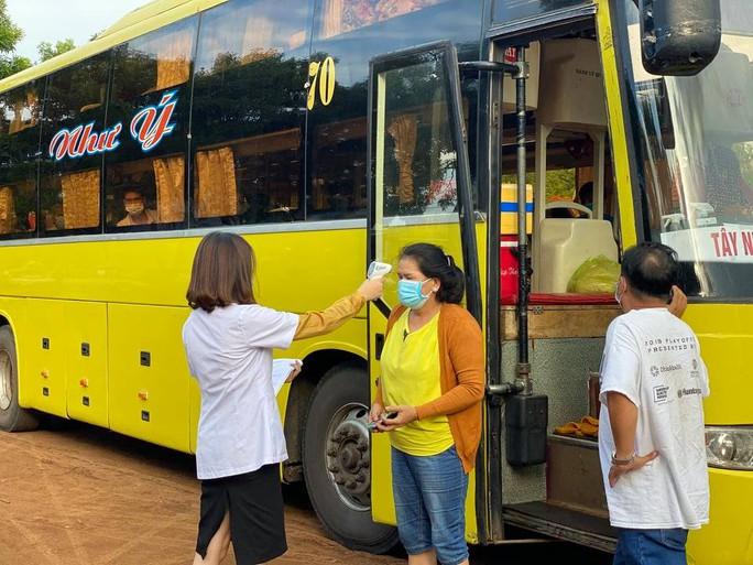 Bất chấp lệnh cấm, xe khách vẫn nườm nượp từ TP HCM về Đắk Lắk - Ảnh 4.