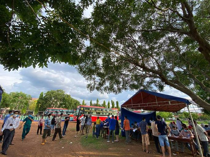 Bất chấp lệnh cấm, xe khách vẫn nườm nượp từ TP HCM về Đắk Lắk - Ảnh 2.