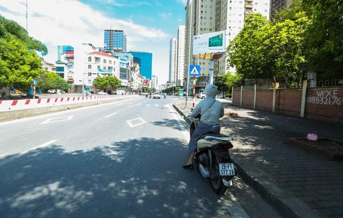 Cận cảnh mặt đường chảy nhựa dưới cái nắng nóng gay gắt - Ảnh 8.