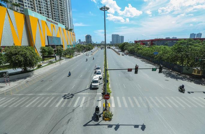 Cận cảnh mặt đường chảy nhựa dưới cái nắng nóng gay gắt - Ảnh 1.