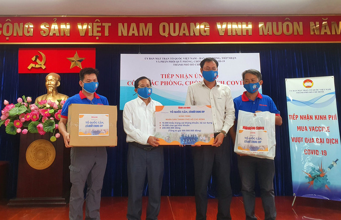 Ngày đầu giãn cách xã hội: Báo Người Lao Động trao tiền, khẩu trang cho nhân dân TP HCM - Ảnh 2.