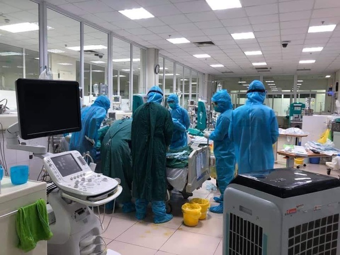 Diễn biến nguy kịch rất nhanh, nam bệnh nhân Covid-19 phải đặt ECMO - Ảnh 1.