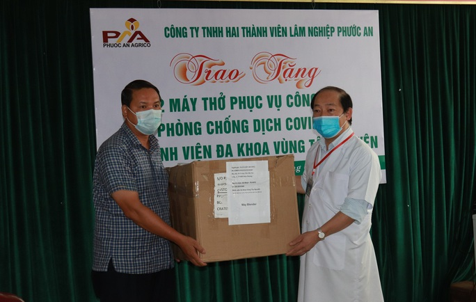 Trao tặng máy thở điều trị Covid-19 cho Bệnh viện vùng Tây Nguyên - Ảnh 1.