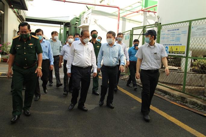 Phó Thủ tướng Trương Hòa Bình kiểm tra công tác phòng chống dịch Covid-19 tại các KCX-KCN - Ảnh 6.