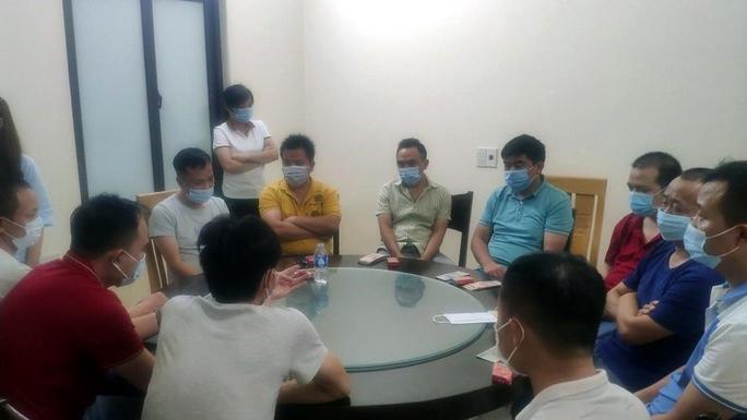 Bất chấp lệnh cấm, 18 khách Trung Quốc vẫn tụ tập ăn uống ở nhà hàng - Ảnh 1.