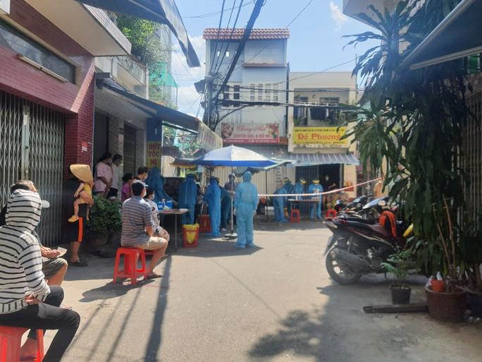 TP HCM: Phong tỏa khu dân cư trên đường Điện Biên Phủ nghi 3 người mắc Covid-19 - Ảnh 2.