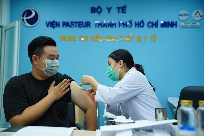 Phóng viên tham gia chống dịch Covid-19 được chích ngừa vắc-xin - Ảnh 4.