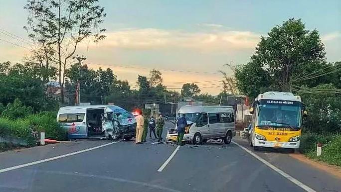 Xe cứu thương đối đầu với xe khách trên Quốc lộ 20, nhiều người bị thương - Ảnh 1.