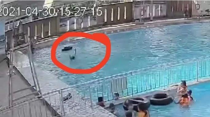 CLIP: Một người chết đuối giữa hồ bơi đông người mà không ai hay biết - Ảnh 2.