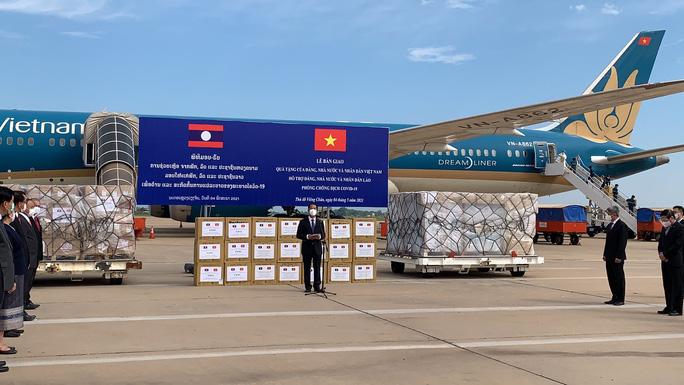 Việt Nam tặng Lào 500.000 USD và vật tư, thiết bị y tế ứng phó Covid-19 - Ảnh 1.