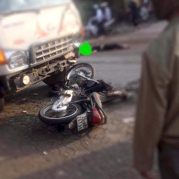 Xe máy tông nhau với xe tải, 2 nam thanh niên tử vong - Ảnh 1.