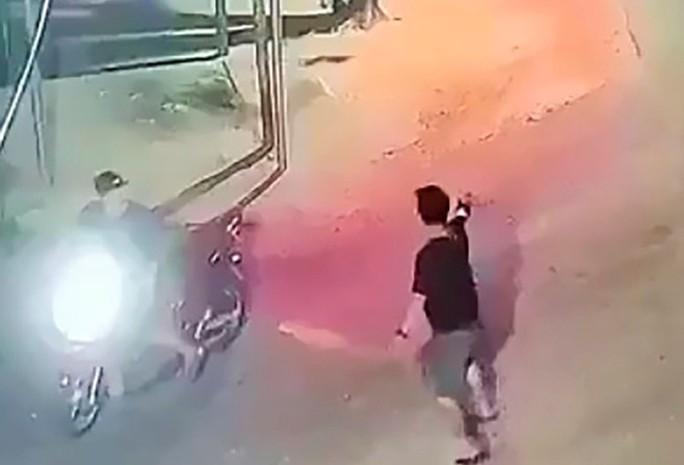 Quảng Ngãi: Truy tìm nhóm côn đồ nổ súng truy sát nhau lúc đêm khuya - Ảnh 2.