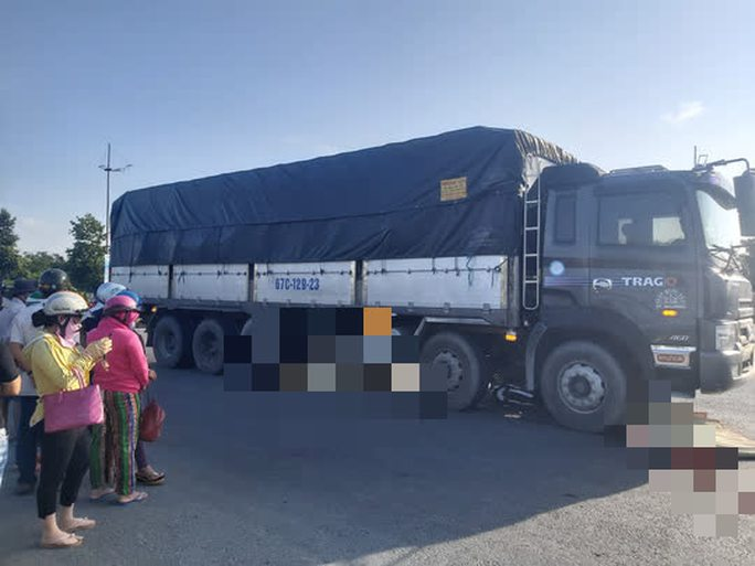 Xe tải cuốn xe máy vào gầm ở Long An, 2 người tử vong - Ảnh 2.