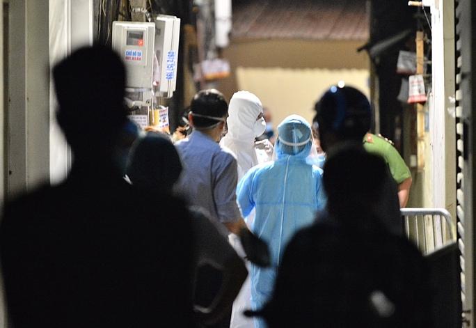 Cận cảnh phong toả cả con phố trong đêm vì có ca dương tính SARS-CoV-2  - Ảnh 7.