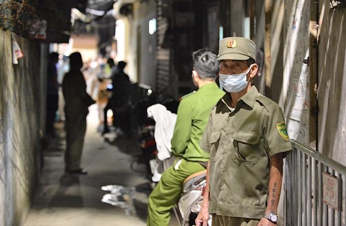 Cận cảnh phong toả cả con phố trong đêm vì có ca dương tính SARS-CoV-2  - Ảnh 4.