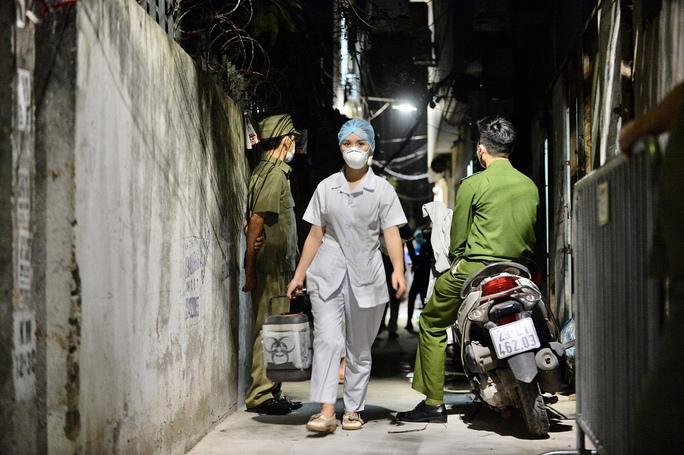 Cận cảnh phong toả cả con phố trong đêm vì có ca dương tính SARS-CoV-2  - Ảnh 8.