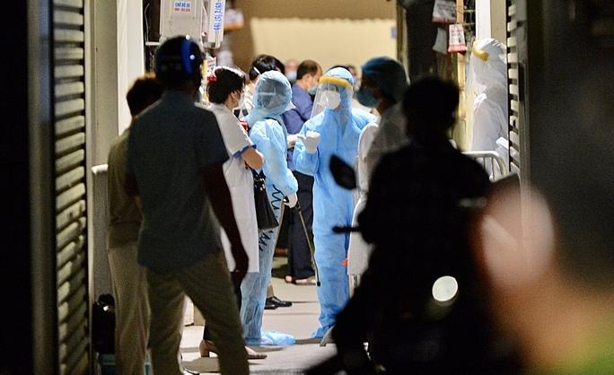 Cận cảnh phong toả cả con phố trong đêm vì có ca dương tính SARS-CoV-2  - Ảnh 6.