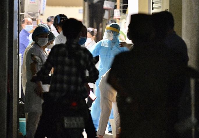 Cận cảnh phong toả cả con phố trong đêm vì có ca dương tính SARS-CoV-2  - Ảnh 9.