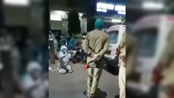 Ấn Độ: Con trai quỳ xin cảnh sát đừng lấy oxy của mẹ - Ảnh 2.