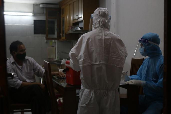 Cận cảnh phong tỏa, phun khử khuẩn con ngõ nơi bác sĩ dương tính SARS-CoV-2 sinh sống - Ảnh 4.
