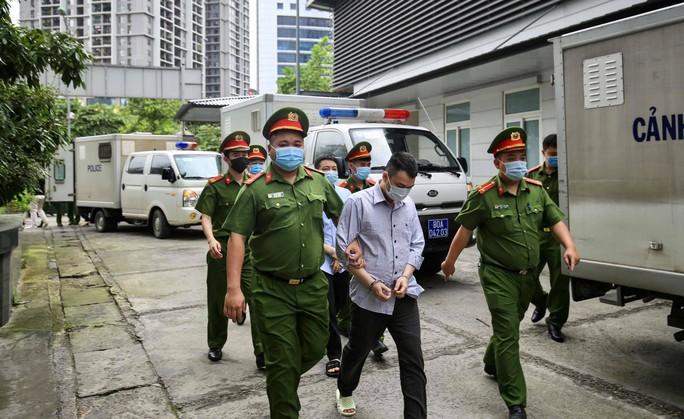 CLIP: Dẫn giải các bị cáo vụ án Nhật Cường tới toà - Ảnh 13.