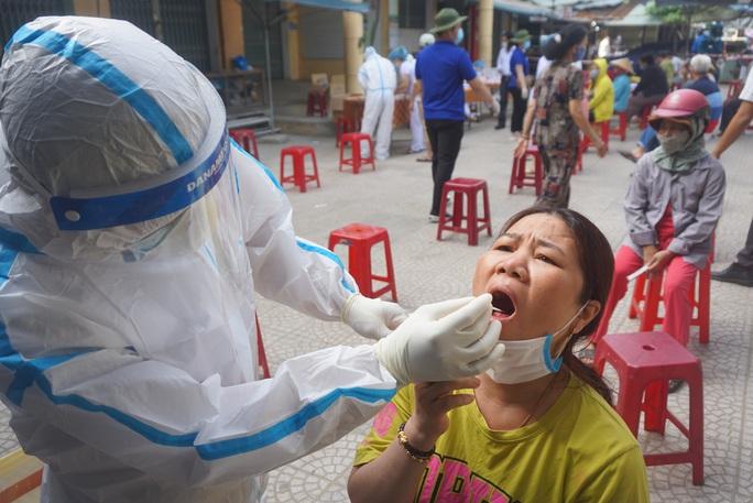 Lấy mẫu xét nghiệm hơn 500 tiểu thương do có nữ nhân viên massage mắc Covid-19 đi chợ - Ảnh 9.