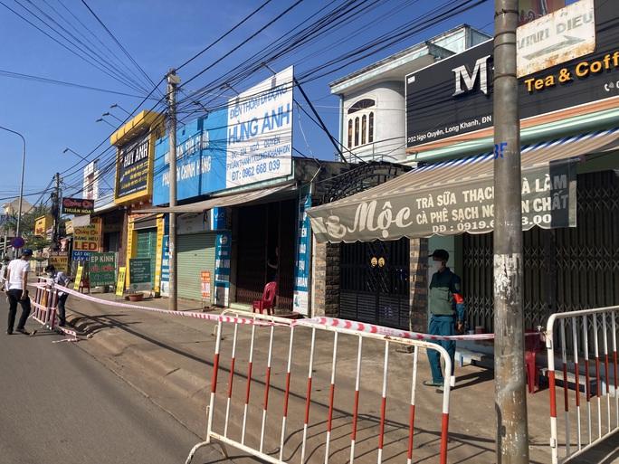 Liên quan nữ quán bar ở Đà Nẵng dương tính Covid-19: Đồng Nai phong tỏa hàng chục hộ dân - Ảnh 3.