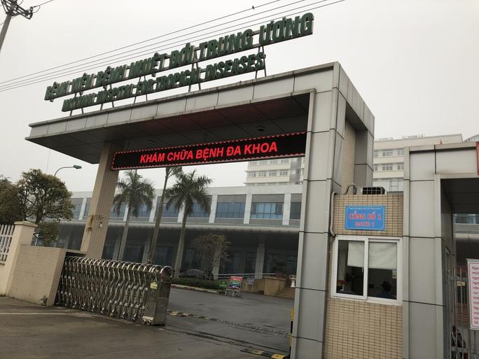Sau ca dương tính là bác sĩ, Bệnh viện Bệnh nhiệt đới Trung ương tạm dừng khám, nhận bệnh nhân nội trú - Ảnh 1.