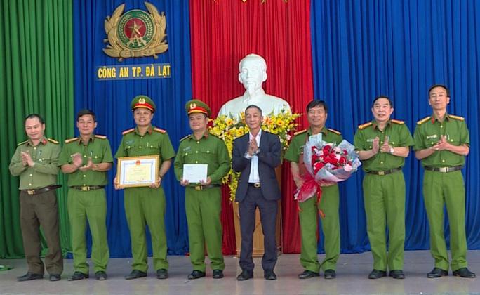 Khen thưởng Công an Đà Lạt bắt gọn nhóm móc túi du khách - Ảnh 2.