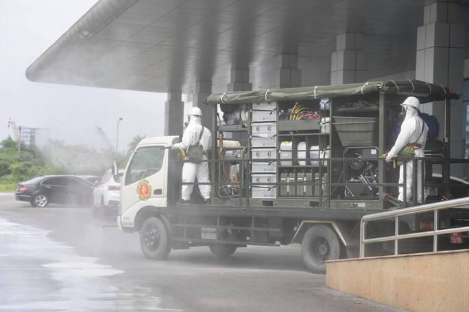 CLIP: Phun khử khuẩn 150.000 m2 tại ổ dịch Bệnh viện Bệnh Nhiệt đới Trung ương cơ sở 2 - Ảnh 6.