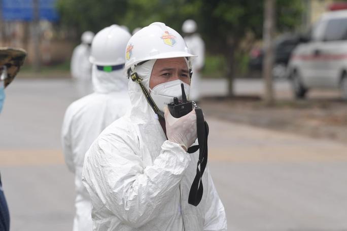 CLIP: Phun khử khuẩn 150.000 m2 tại ổ dịch Bệnh viện Bệnh Nhiệt đới Trung ương cơ sở 2 - Ảnh 5.