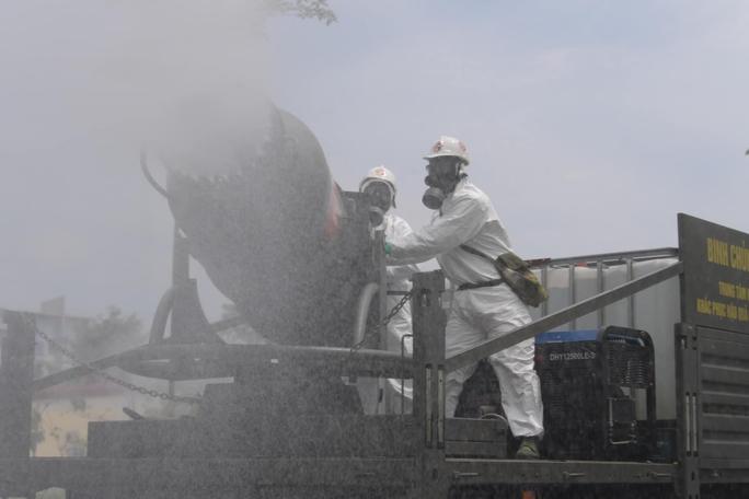 CLIP: Phun khử khuẩn 150.000 m2 tại ổ dịch Bệnh viện Bệnh Nhiệt đới Trung ương cơ sở 2 - Ảnh 9.