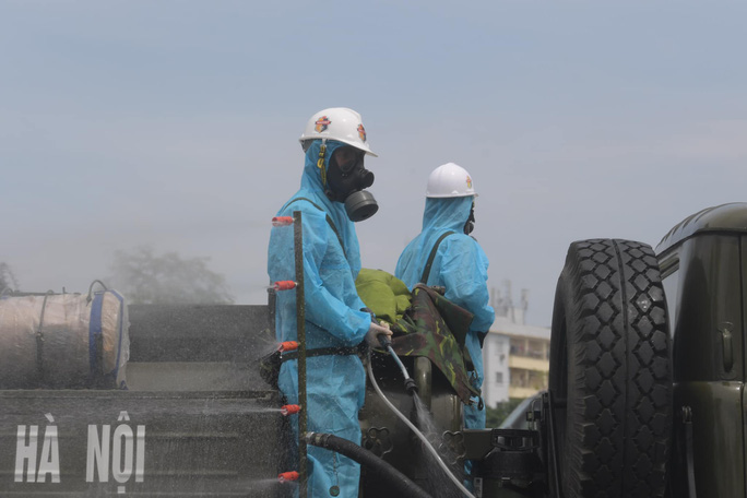 CLIP: Phun khử khuẩn 150.000 m2 tại ổ dịch Bệnh viện Bệnh Nhiệt đới Trung ương cơ sở 2 - Ảnh 8.