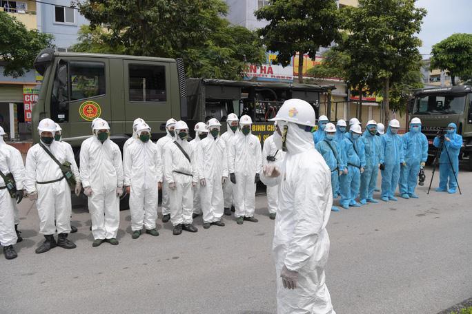 CLIP: Phun khử khuẩn 150.000 m2 tại ổ dịch Bệnh viện Bệnh Nhiệt đới Trung ương cơ sở 2 - Ảnh 3.
