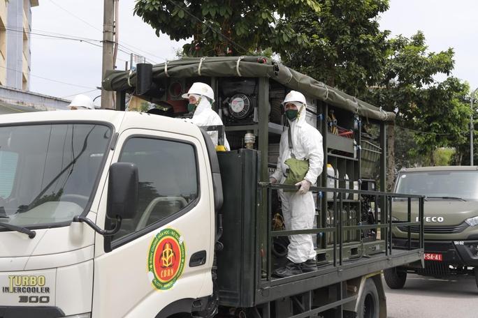 CLIP: Phun khử khuẩn 150.000 m2 tại ổ dịch Bệnh viện Bệnh Nhiệt đới Trung ương cơ sở 2 - Ảnh 4.