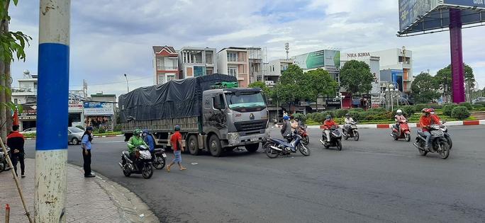 Một học sinh lớp 12 bị xe tải cán tử vong - Ảnh 1.